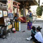 伊勢崎神社境内で新作紙芝居 寿ちんどん宣伝社の石原之 寿さん