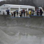 降りしきる雨の中、スケボー場お披露目 笠間「スケートパーク」 国内最大級、期待膨らむ