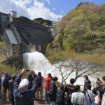 高萩・花貫ダム ごう音、しぶき、迫力 点検放流、初の一般公開