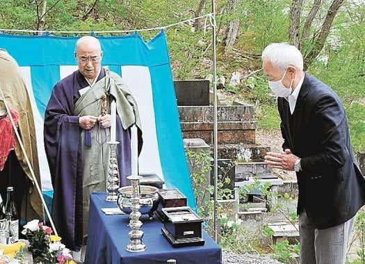 若松の天寧寺で近藤勇の墓前祭 子孫ら参列