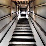 「階段上ったらこわくなっちゃった」「えっ、何かあったの?」←このすれ違い、日本各地で起きているかも