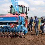 農作業省力化 高い関心 県内外から見学者 ドイツ製農機実演会