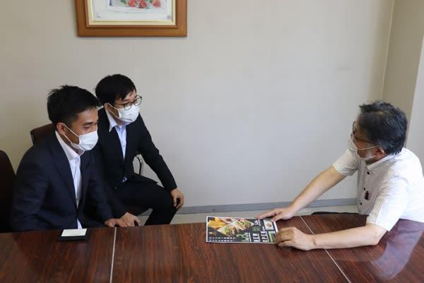 四日市大を卒業性訪問 ベトナム出身の兄弟、現状報告 三重