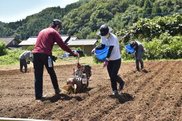 従業員、ソバ種まき 京成百貨店開店15周年 休耕地を有効活用 常陸太田
