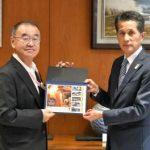 日本郵便、「かさましこ」切手発売 茨城・笠間市長に贈呈