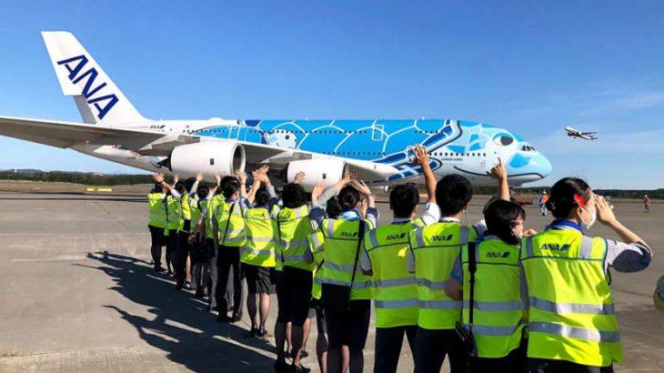 ANAの「FLYING HONU」、ツアー客乗せて千歳から成田へ