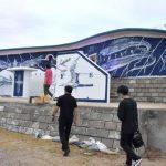 阿字ケ浦、青色で表現 茨城・ひたちなか 壁画アート完成
